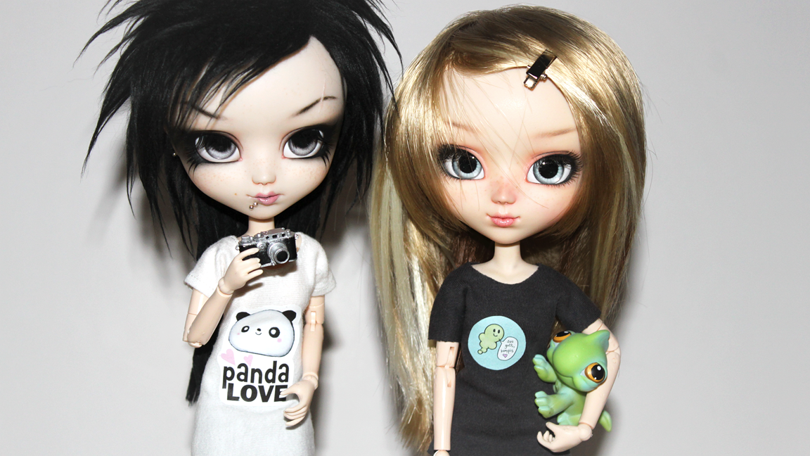 Pullip Emma and Pullip Mist in their new T-shirts.png